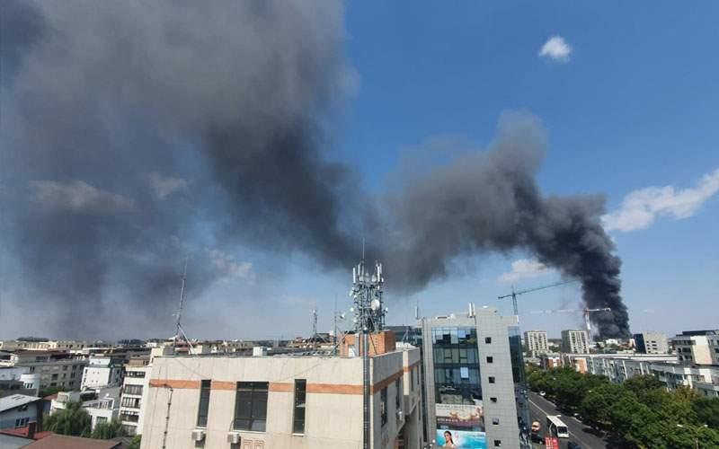 Văzând fumul, bucureştenii au ieşit cu canistre de benzină, sperând că se dă foc la oraş