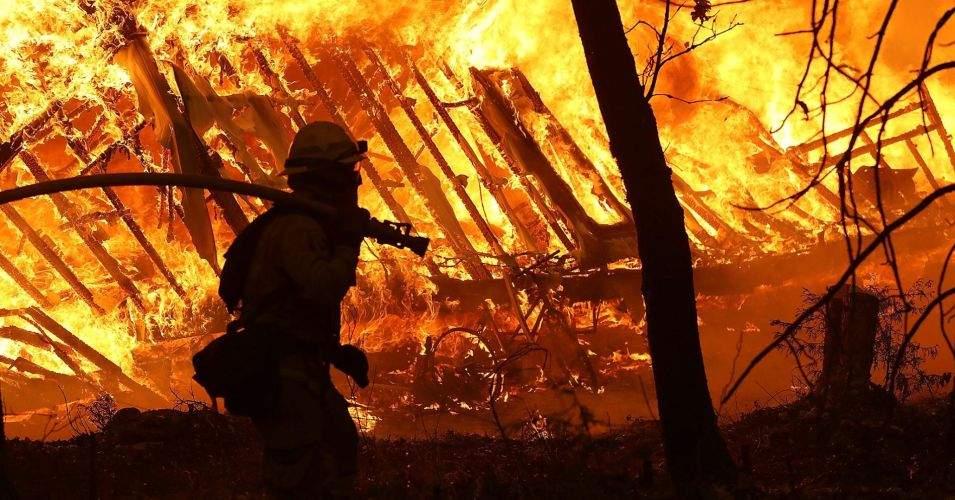 Incendiu în Capitală! A luat foc un depozit de avize ISU