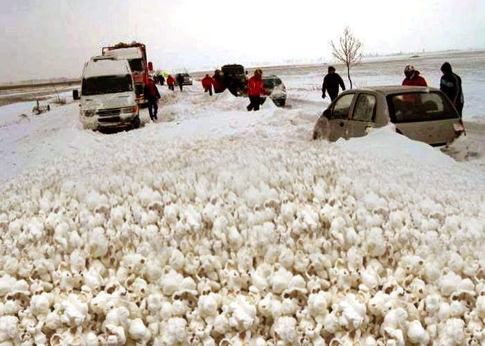 România sinistraţilor! 3 sate acoperite cu popcorn, după un incendiu într-un lan de porumb
