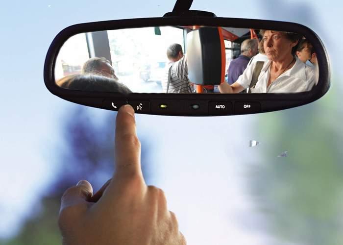 Studiu: Şoferii începători români se uită din reflex în retrovizoare, să vadă dacă sunt controlori