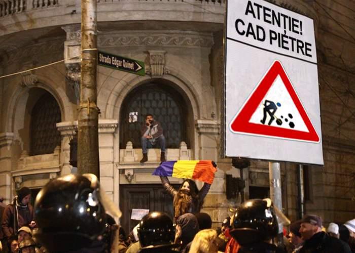 """Poliţia a amplasat în Piaţa Universităţii indicatoare """"Atenţie! Cad pietre"""""""