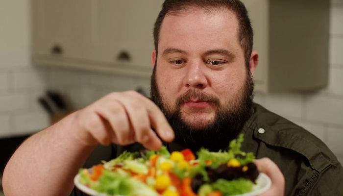 Voinţă de fier. De sărbători, un român s-a îngrăşat 100 kile doar cu kale şi quinoa