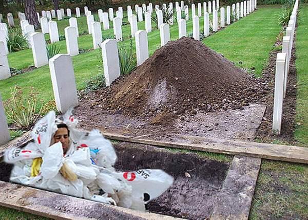 Studiu. Tot mai mulţi români renunţă la sicriu şi aleg să fie îngropaţi în pungile din punga cu pungi