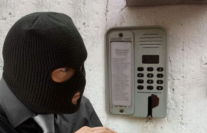 Un hacker din Caracal a fost prins când încerca să scoată bani de la un interfon