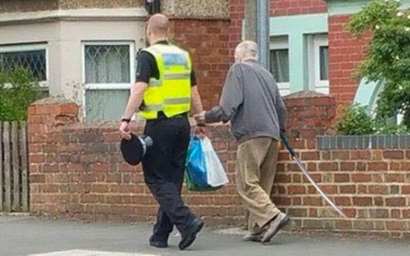 Nu-s toţi la fel! Poliţist inimos, filmat când ajuta un interlop bătrân să treacă strada