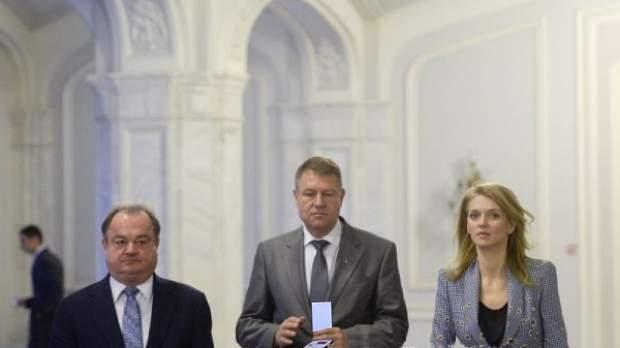 E la fel de prost ca ei! Iohannis i-a decorat pe Gorghiu și Blaga pentru rezultatele din alegeri