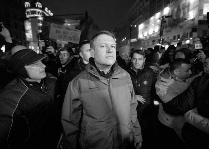 Nu decid străinii cine ne conduce ţara! Cu ce drept cere Iohannis demisia premierului român Viorica Dăncilă?