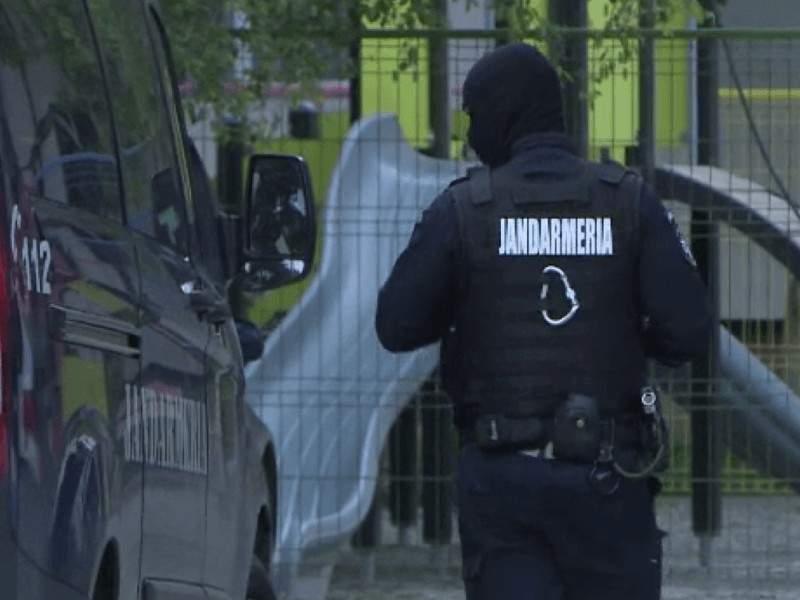 Ca să nu zică lumea că sunt rasiști, jandarmii din Țăndărei au bătut și un reporter