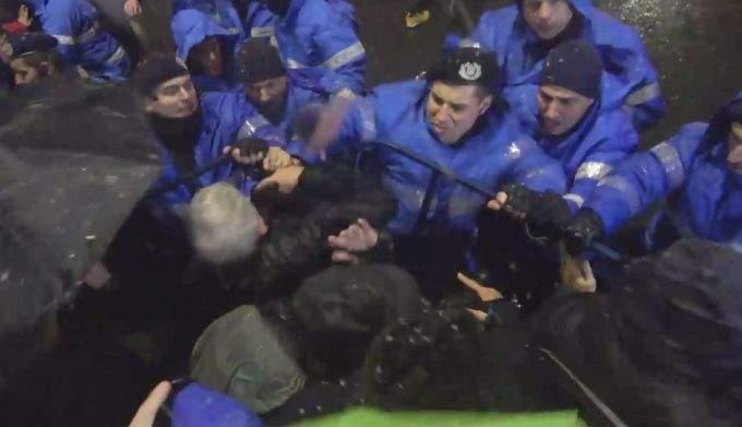 Sancțiune firească pentru jandarmul care a lovit protestatari! Va fi concediat și trimis înapoi la Zoo Băneasa