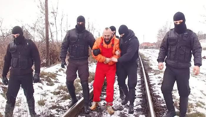 5 jandarmi, anchetaţi după ce au apărut într-un clip de manele al lui Dani Mocanu, deşi la rând erau şefii lor