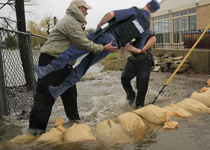După nisipul pentru diguri, sătenii de la Dunăre au furat şi câţiva jandarmi, să aibă cine-l folosi