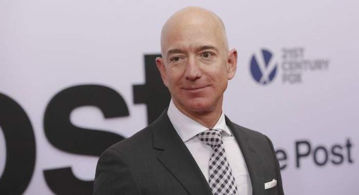 Românii îi donează bani lui Jeff Bezos, după ce-au aflat că l-a depășit Bill Gates la bani