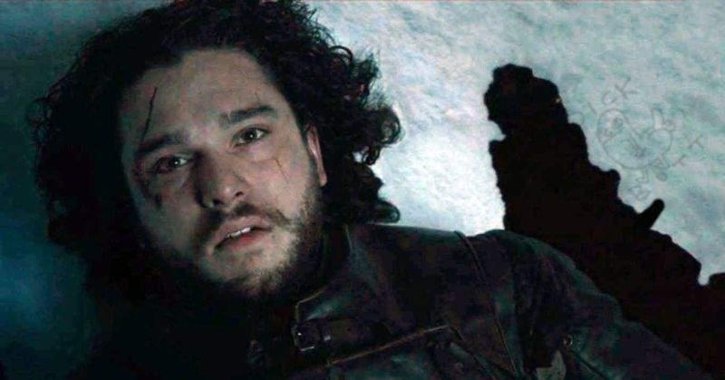 V-ați bucurat degeaba! Jon Snow se ridică de pe masă și moare la loc după ce cade în sabie