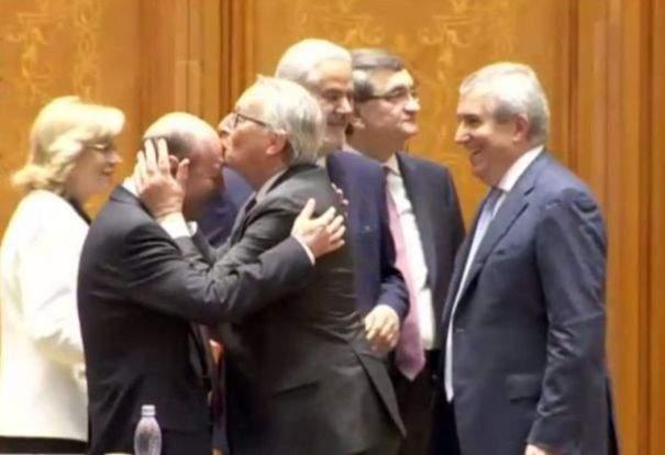 """Juncker explică de ce l-a pupat în frunte pe Băsescu: """"E singurul loc unde nu pute a băutură"""""""