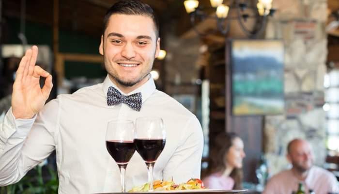 Un jurnalist sub acoperire într-un restaurant de pe litoral a rămas chelner, că face bani