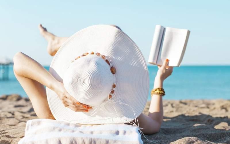 11 cărți pe care ar trebui să le citești în vacanță