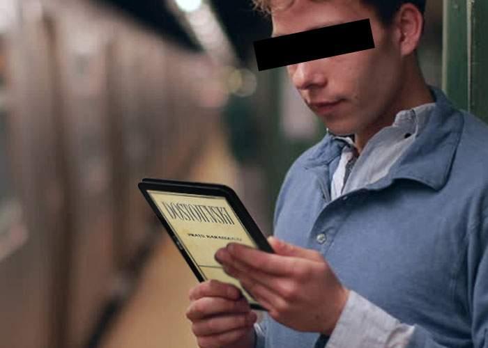 Fiţă! Şi-a lipit o tabletă pe spatele tabletei, ca să vadă lumea ce citeşte în metrou
