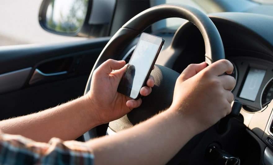 Măsuri dure! Dacă eşti prins făcând live-uri la volan, ţi se confiscă telefonul, nu maşina