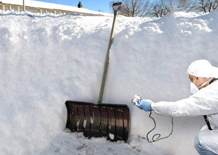 Tradiţii în satele din Moldova: cine pune mâna pe lopata pentru zăpadă are ghinion toată viaţa