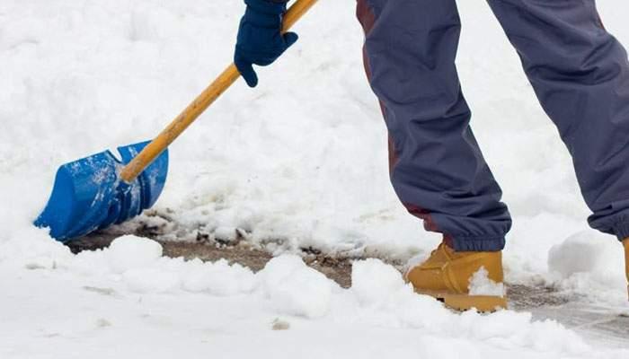 Mister descifrat. Bărbatul care a curăţat zăpada în weekend lângă un bloc dădea un interviu de angajare în Germania