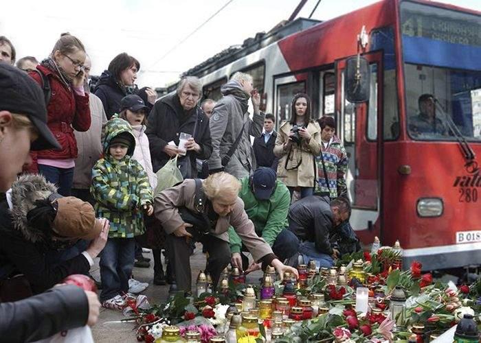 Emoţionant: bucureştenii au aprins lumânări pentru victimele înţepătorului din tramvaiul 41