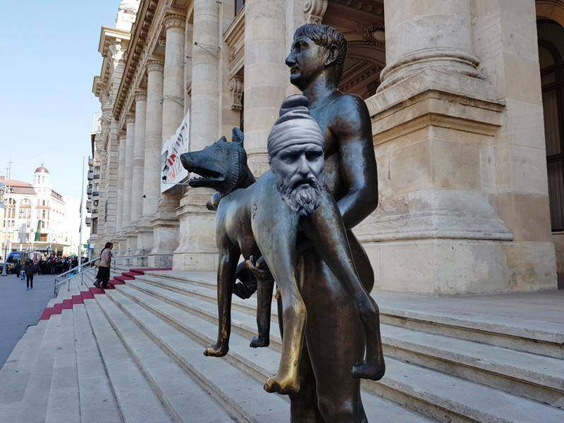Lupoaica vandalizată, reparată cu respectarea adevărului istoric. În locul cozii a fost pus capul lui Decebal