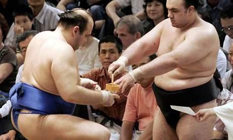 Luptătorii de sumo care nu au pus pe ei de sărbători vor fi amendaţi