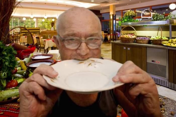 Incident la all inclusive! Românii au mâncat farfuriile crezând că-s lipii mai tari