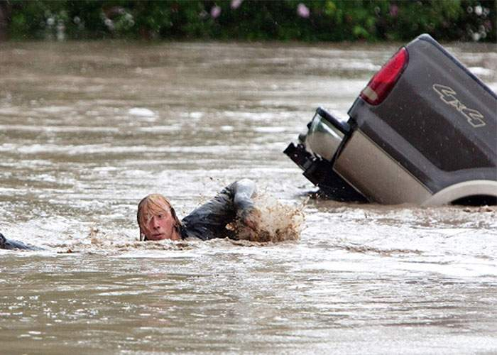 Brăila. Şoferi căzuţi cu maşina în Dunăre când au vrut să circule pe podul promis de PSD