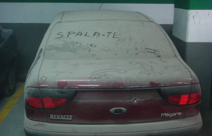 """Ultimii la igiena corporală! Un bucureștean a găsit scris pe mașină: """"Spală-te!"""""""
