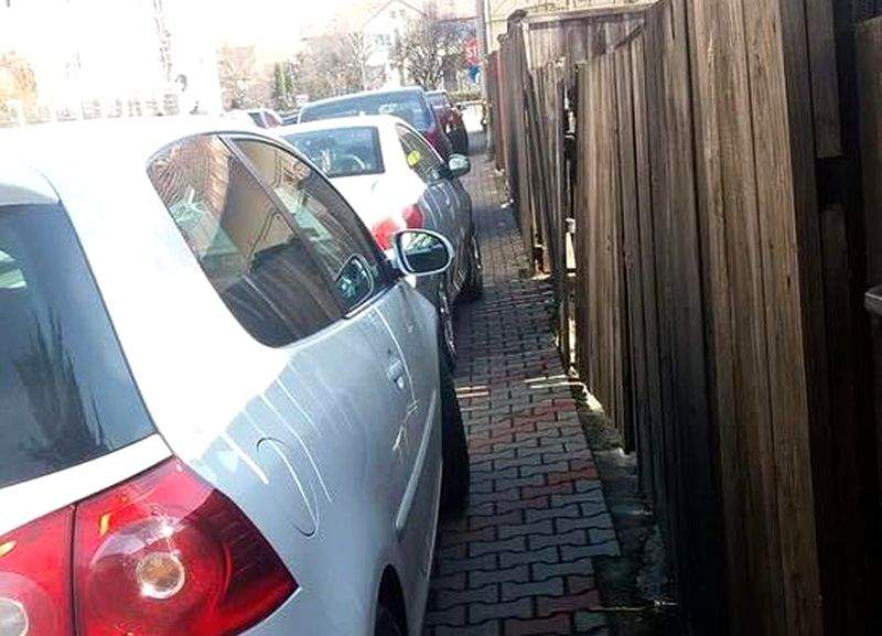 Mămicile care circulă cu căruciorul de copii pe trotuar, obligate să lase un metru pentru melteni