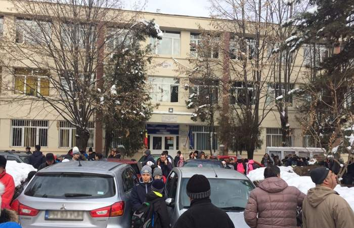 O școală și-a dărâmat gardul, ca să poată părinții parca dimineața fix în fața scărilor