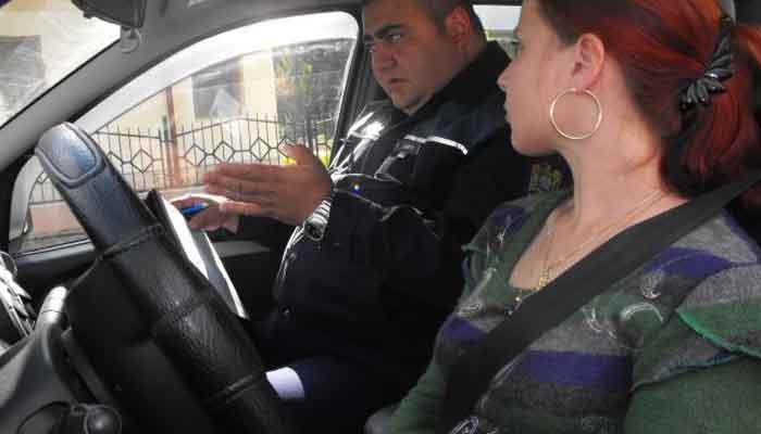 Şcoala de Şoferi nu le mai garantează permisul! Femeile, obligate să facă şi un master auto!