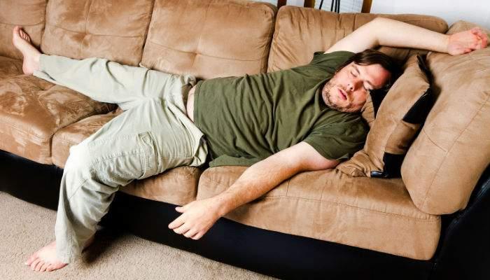 Mascații se chinuie să-i ridice de pe canapea pe membrii Clanului Sedentarilor