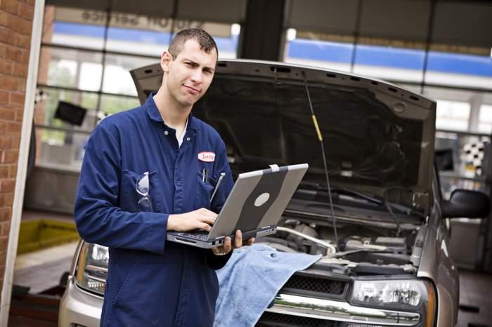 Record! Un mecanic auto a taxat de cinci ori valoarea maşinii pentru a schimba o bujie