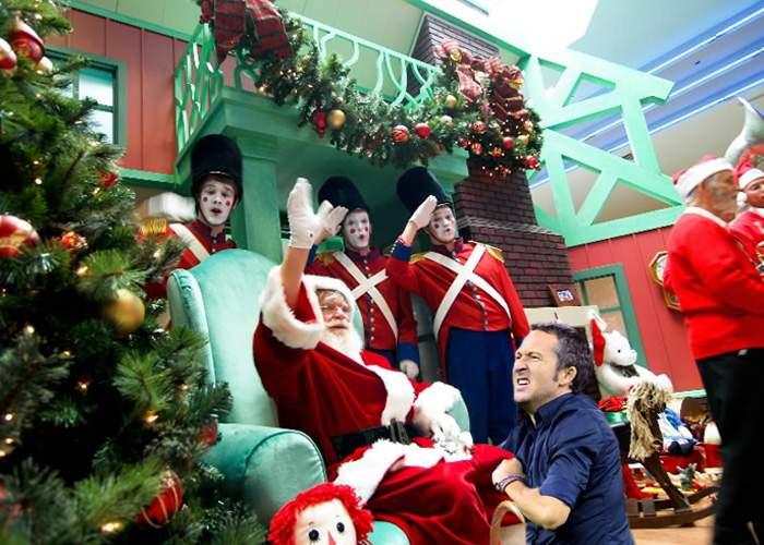 Scene şoc la mall: din obişnuinţă, MM Stoica s-a suit în poala lui Moş Crăciun cu capul înainte