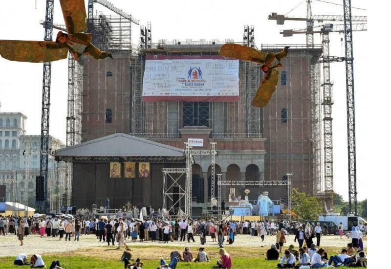 Spectacol aviatic în Bucureşti. Se aruncă meşterii de pe Catedrala Neamului