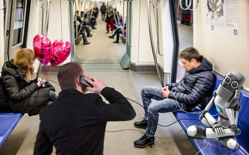 Un robot a adormit în metrou şi când s-a trezit îşi încărcau 10 inşi telefoanele la el