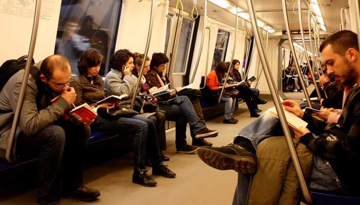 Condiţii mai bune pentru cititori la Biblioteca Naţională. Un vagon de metrou, transformat în sală de lectură