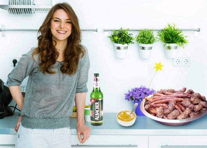 Ireal! Un român a ajuns acasă de la bere la 3 noaptea și şi-a găsit soţia în bucătărie, făcându-i mici