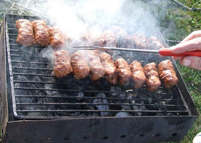 România culinară: De 1 Mai românii consumă 3 milioane de tone de mici şi doar 2 kg de salată
