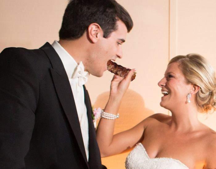 Se schimbă tradiția! La nunta din biserică, mirii vor gusta, pe lângă pișcot, și o porție de mici