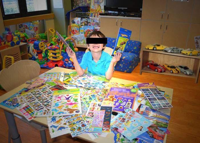 I se spune micul Vâlcov! Are 6 ani, dar a colecţionat deja peste 100 de abţibilduri!