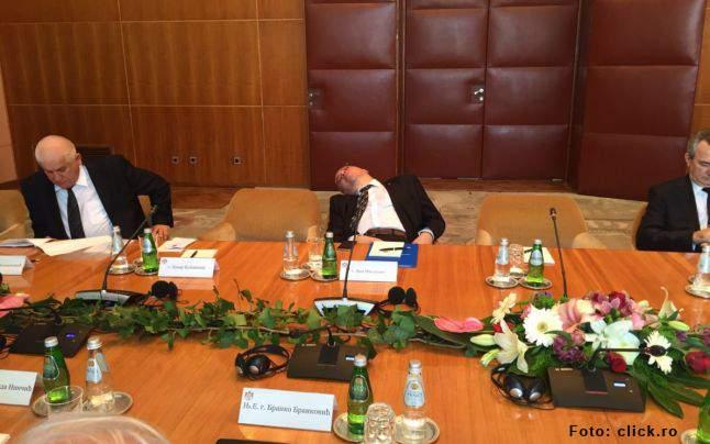 """Mihalache explică de ce dormea buștean: """"Ascultam un discurs al lui Iohannis, voi ce ați fi făcut?"""""""
