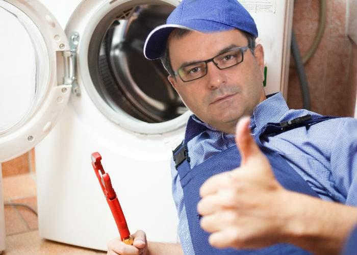 Unui român i s-a stricat maşina de spălat şi l-a sunat pe Mîndruţă, că se pricepe la tot