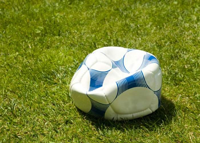 Meciul cu Grecia s-ar putea amâna. Mingea oficială s-a spart şi grecii n-au bani de alta