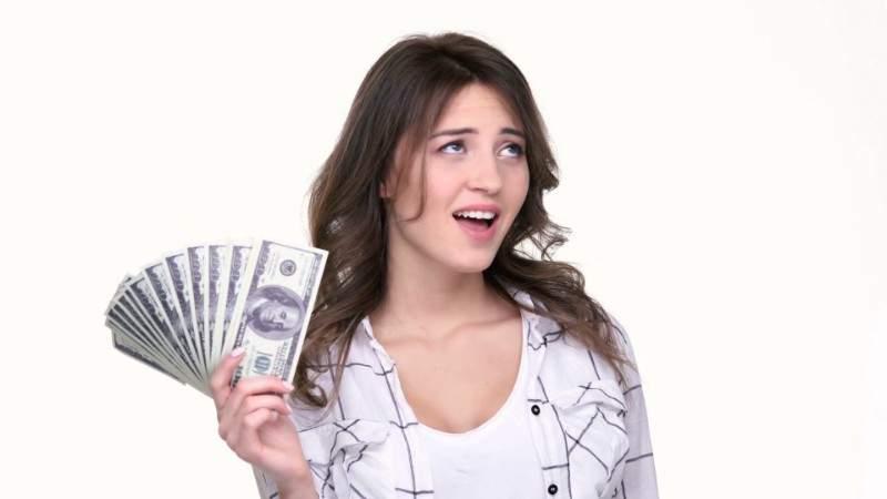Văzând că soţul pierde mereu la pariuri, o soţie pune bilete fix invers şi a făcut avere