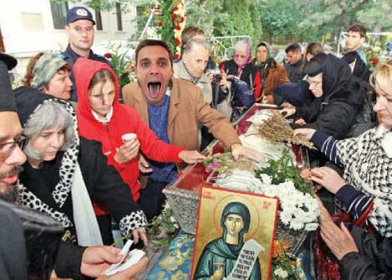 Scandal la Iaşi! Mircea Badea a încercat să întoarcă moaştele Sf. Parascheva, ca s-o pupe în cur