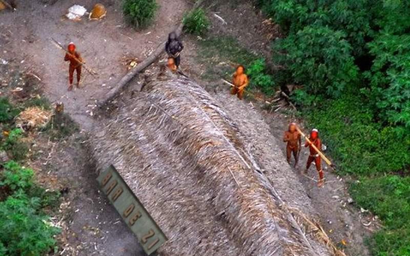 Misionar, alungat cu săgeţi de un trib din Vaslui după ce n-a dat şi el o ţuică
