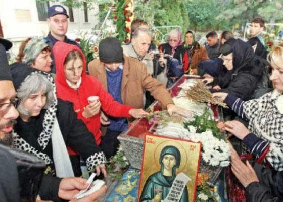 Exorcism! Un român s-a dus la moaștele Sf. Parascheva să scoată din el un demon care refuză băutura